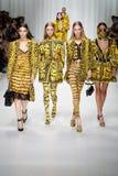 De modellen lopen de baan in Versace tonen tijdens Milan Fashion Week Spring /Summer 2018 stock afbeeldingen