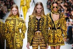 De modellen lopen de baan in Versace tonen tijdens Milan Fashion Week Spring /Summer 2018 royalty-vrije stock afbeelding
