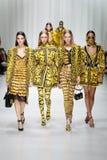 De modellen lopen de baan in Versace tonen tijdens Milan Fashion Week Spring /Summer 2018 royalty-vrije stock foto's