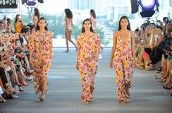 De modellen lopen de baan voor Acaciatoevlucht 2019 tijdens Paraiso-Maniermarkt stock foto