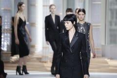 De modellen lopen de baan bij de modeshow van de Chef- Vrouwen tijdens Mercedes-Benz Fashion Week Fall 2015 royalty-vrije stock afbeeldingen