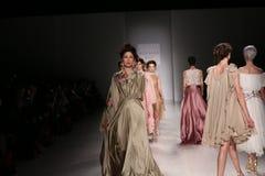 De modellen lopen de baan bij de modeshow van FTL Moda tijdens Mercedes-Benz Fashion Week Fall 2015 Stock Afbeeldingen