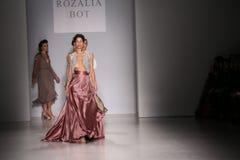 De modellen lopen de baan bij de modeshow van FTL Moda tijdens Mercedes-Benz Fashion Week Fall 2015 Royalty-vrije Stock Afbeelding