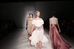 De modellen lopen de baan bij de modeshow van FTL Moda tijdens Mercedes-Benz Fashion Week Fall 2015 Royalty-vrije Stock Foto's