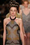 De modellen lopen de baan in een Li Jon Sculptured Couture-ontwerp in Art Hearts Fashion tonen tijdens MBFW-Daling 2015 royalty-vrije stock foto