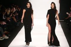 De modellen lopen de baan in een ontwerp van MT Costello in Art Hearts Fashion tonen tijdens MBFW-Daling 2015 Stock Fotografie