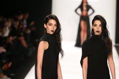 De modellen lopen de baan in een ontwerp van MT Costello in Art Hearts Fashion tonen tijdens MBFW-Daling 2015 Royalty-vrije Stock Afbeeldingen