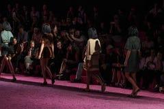 De modellen lopen de baan in Marc Jacobs tijdens Mercedes-Benz Fashion Week Spring 2015 Stock Foto's