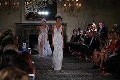 De modellen lopen de baan in Mira Zwillinger Spring 2015 de Bruids inzameling toont Royalty-vrije Stock Foto's