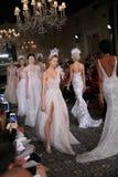 De modellen lopen de baan in Mira Zwillinger Spring 2015 de Bruids inzameling toont Royalty-vrije Stock Afbeeldingen
