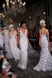 De modellen lopen de baan in Mira Zwillinger Spring 2015 de Bruids inzameling toont Royalty-vrije Stock Afbeelding