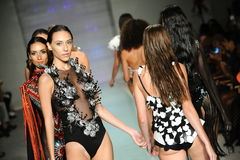 De modellen lopen de baan in Rocky Gathercole Runway tijdens Art Hearts Fashion Miami Swim-Week Royalty-vrije Stock Foto
