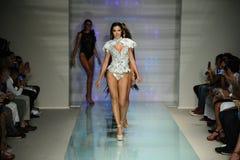 De modellen lopen de baan in Rocky Gathercole Runway tijdens Art Hearts Fashion Miami Swim-Week Royalty-vrije Stock Afbeeldingen