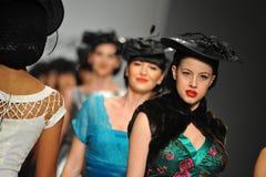 De modellen lopen de baan in Tatyana Designs royalty-vrije stock foto