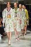 De modellen lopen de baan tijdens de Prada-modeshow royalty-vrije stock foto