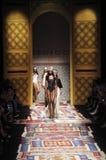 De modellen lopen de baan tijdens Fisico Christina Ferrari tonen Royalty-vrije Stock Fotografie