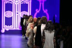 De modellen lopen het baanfinale in Anna Sui Fall 2016 tonen Stock Afbeeldingen