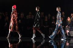 De modellen lopen het baanfinale bij de Versace-pre-Dalings 2019 Inzameling royalty-vrije stock foto's