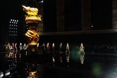 De modellen lopen het baanfinale bij de Versace-pre-Dalings 2019 Inzameling royalty-vrije stock afbeeldingen