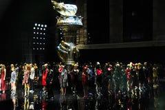 De modellen lopen het baanfinale bij de Versace-pre-Dalings 2019 Inzameling stock afbeelding