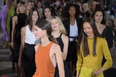 De modellen lopen het baanfinale dragend Tibi de Lente van 2018 Royalty-vrije Stock Foto