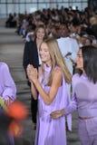 De modellen lopen het baanfinale dragend Tibi de Lente van 2018 Stock Afbeelding