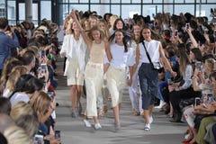De modellen lopen het baanfinale dragend Tibi de Lente van 2018 Royalty-vrije Stock Afbeelding