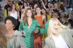 De modellen lopen het baanfinale dragend Tibi de Lente van 2018 Royalty-vrije Stock Foto's