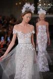 De modellen lopen het baanfinale in Mira Zwillinger Spring 2015 de Bruids inzameling toont Stock Afbeeldingen