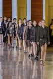 De modellen lopen het baanfinale tijdens Anthony Vaccarello tonen stock foto