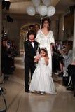 De modellen lopen het baanfinale tijdens de Bruids modeshow van Oleg Cassini Spring 2019 Stock Foto's