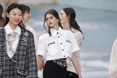 De modellen lopen het baanfinale tijdens Chanel tonen als deel van de van de de Manierweek van Parijs Lente van van Womenswear/de stock afbeelding