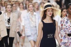 De modellen lopen het baanfinale tijdens Chanel tonen als deel van de van de de Manierweek van Parijs Lente van van Womenswear/de royalty-vrije stock afbeeldingen
