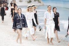 De modellen lopen het baanfinale tijdens Chanel tonen als deel van de van de de Manierweek van Parijs Lente van van Womenswear/de stock afbeeldingen