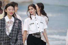 De modellen lopen het baanfinale tijdens Chanel tonen als deel van de van de de Manierweek van Parijs Lente van van Womenswear/de royalty-vrije stock foto's