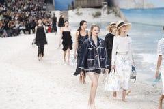 De modellen lopen het baanfinale tijdens Chanel tonen als deel van de van de de Manierweek van Parijs Lente van van Womenswear/de stock foto