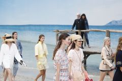 De modellen lopen het baanfinale tijdens Chanel tonen als deel van de van de de Manierweek van Parijs Lente van van Womenswear/de royalty-vrije stock foto