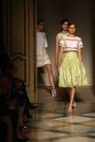 De modellen lopen het baanfinale tijdens Chicca Lualdi tonen als deel van Milan Fashion Week Royalty-vrije Stock Foto's