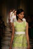 De modellen lopen het baanfinale tijdens Chicca Lualdi tonen als deel van Milan Fashion Week Royalty-vrije Stock Fotografie