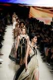 De modellen lopen het baanfinale tijdens de Alberta Ferretti-modeshow Royalty-vrije Stock Fotografie