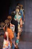 De modellen lopen het baanfinale tijdens Gucci tonen als deel van Milan Fashion Week Stock Fotografie
