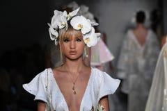 De modellen lopen het baanfinale tijdens de de manierinzameling van Irina Shabayeva Bridal Spring 2020 stock fotografie