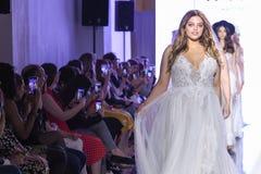 De modellen lopen het baanfinale tijdens de Watters-de Lente van 2020 bruids manierinzameling stock foto