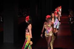 De modellen lopen het baanfinale voor de Blonds-modeshow Royalty-vrije Stock Afbeeldingen