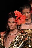 De modellen lopen het baanfinale voor de Blonds-modeshow Stock Afbeeldingen