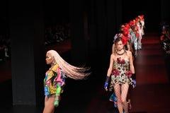 De modellen lopen het baanfinale voor de Blonds-modeshow Royalty-vrije Stock Fotografie