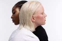 De modellen met verschillend huid en haar kleuren het koesteren terwijl het stellen royalty-vrije stock fotografie