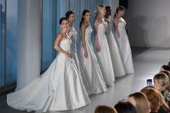 De modellen stellen op de baan tijdens de de Lente van 2020 van Amsale Bruids manierinzameling stock foto's