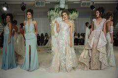 De modellen stellen op de baan voor Julie Vino Havana 2018 de Bruids Inzamelingsbaan toont Royalty-vrije Stock Fotografie