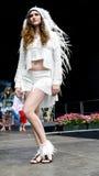De modellen treffen aan de prestaties op Internationaal festivalgezicht en ontwerp voorbereidingen Royalty-vrije Stock Foto's